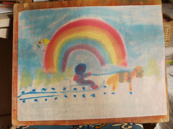 dessin libre d'Adèle arc en ciel fait avec les trois couleurs primaires