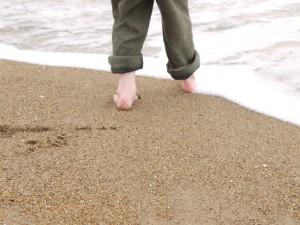 Premier bain de pied dans la mer après un long hiver