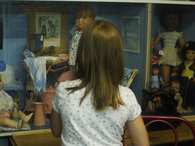 Des petites filles admiratives devant les vitrines scènes