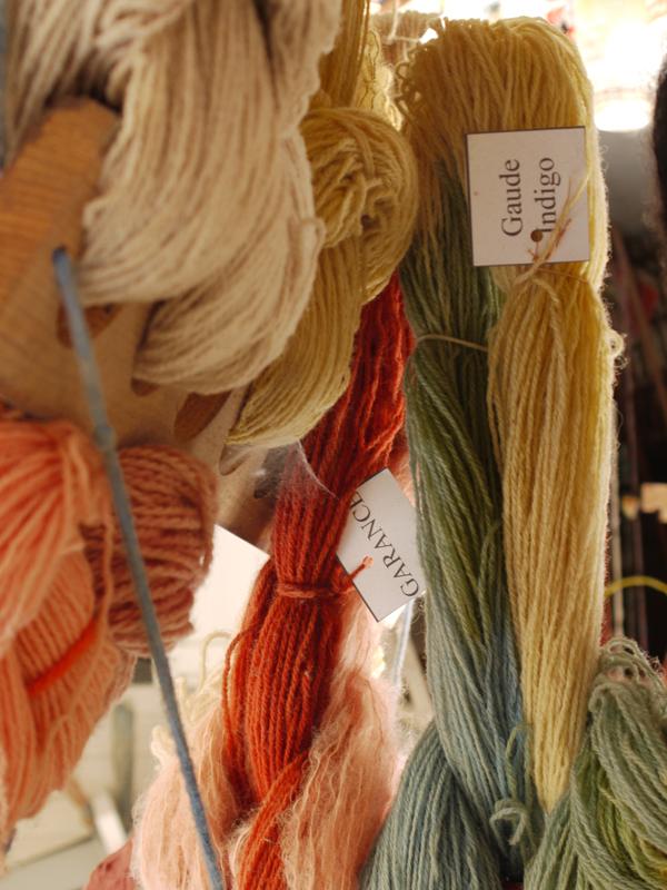 Des écheveaux suspendus pour présenter la palette des couleurs obtenues avec des végétaux