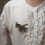 Des broches en laine feutrée