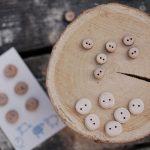 Boutons en bois, poupées et fin de l'été